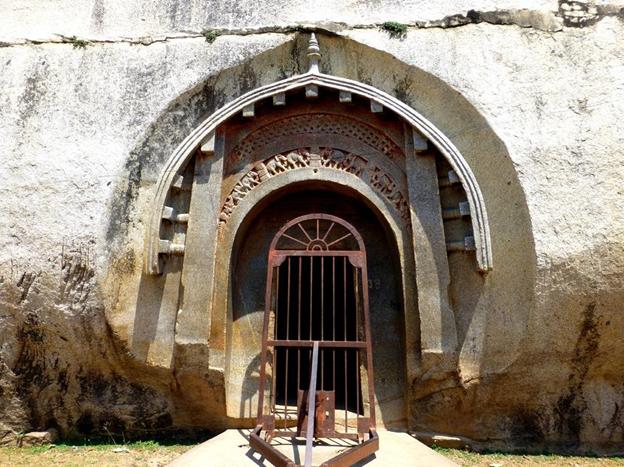 barabar-cave-priya-travels